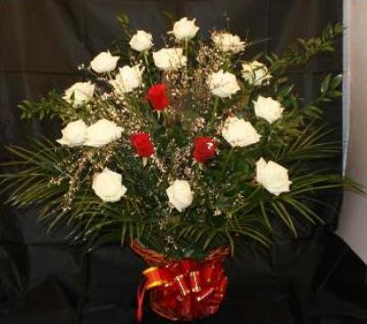 Cos cu trandafiri de la Floraria Stil