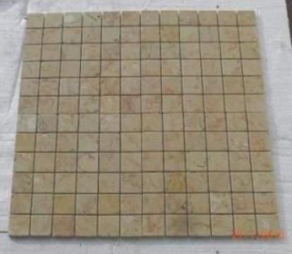 Mozaic marmura Anatolian Beige Tumbled 1x4.8x4.8 cm de la Geo & Vlad Com Srl