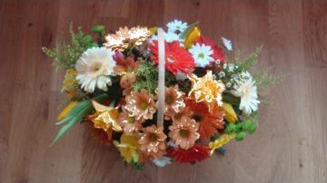 Cos cu flori colorate de la Sc Floraria Floarea Vietii Srl