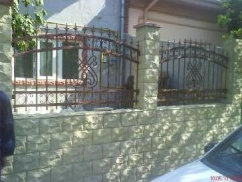 Gard fier forjat cu piatra alba de la Pfa Cirstica Florin