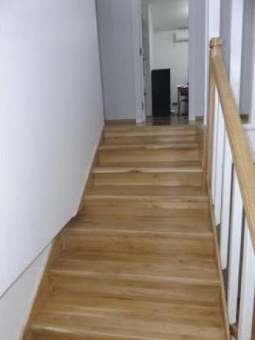 Scara din lemn de stejar cu balustrada alba