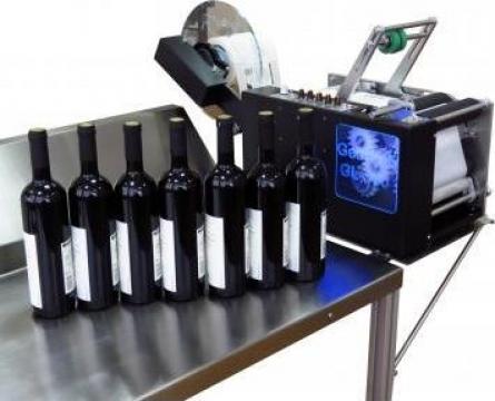 Masina semiautomata de etichetare de la S.c. ImprimSistem S.r.l.