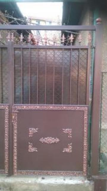 Poarta din elemente de fier forjat si tabla