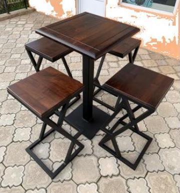 Masa de bar din lemn masiv cu scaune metalice bistro-horeca