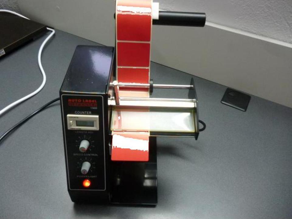 Distribuitor automat de etichete autoadezive
