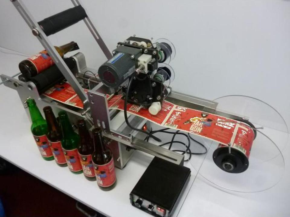 Masina etichetare sticle bere